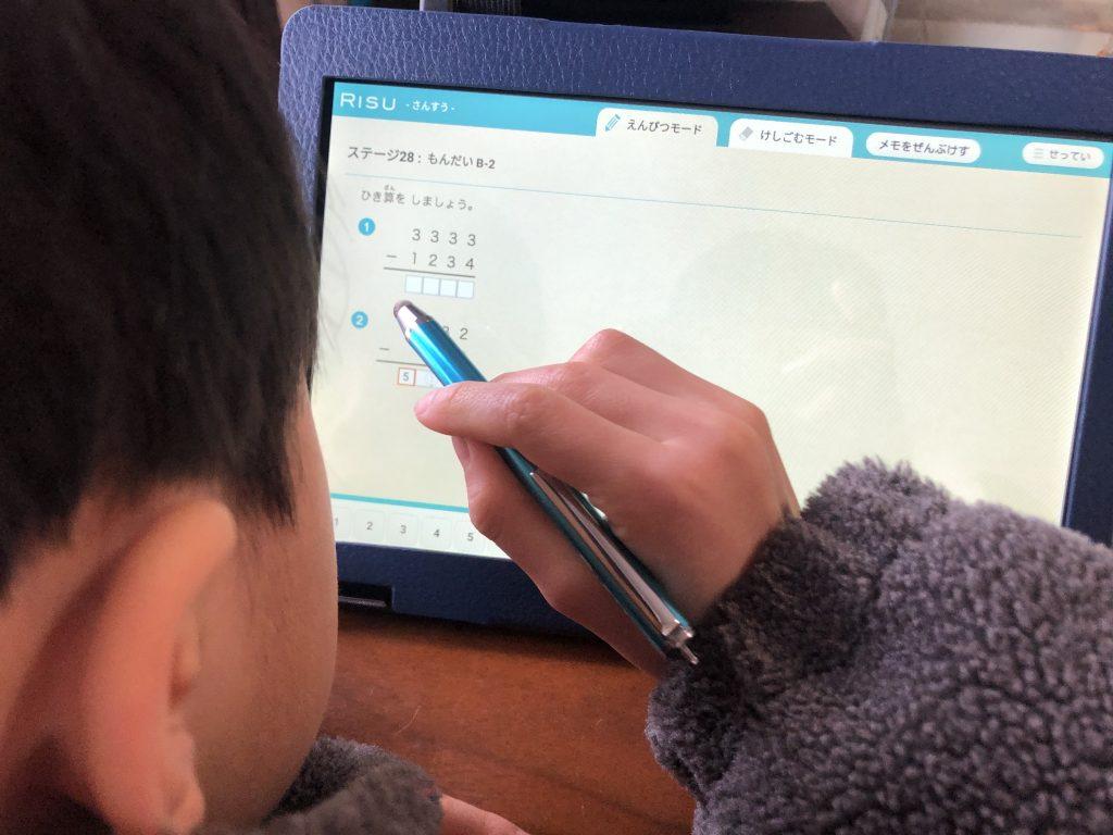 RISU算数をする小学1年生